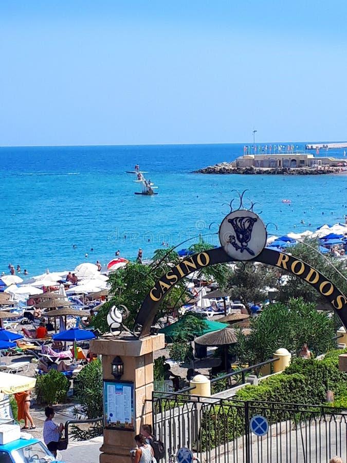 Ellie plaża jest pobliskim plażą Rhodes miasteczko i jest popularna z podobnie miejscowymi i turystami fotografia royalty free