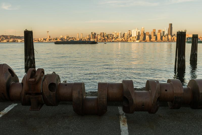 Elliott Bay, baía de Seattle, luz do por do sol em arranha-céus da baixa no fundo, Washington, EUA imagem de stock royalty free