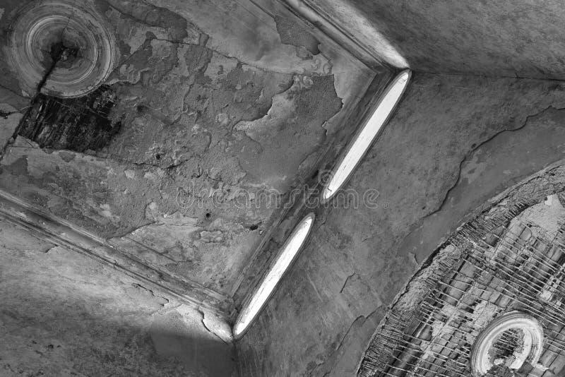 Elliptische vensters Zonlicht door mooie vensters in oude houseStairs wordt overgegaan die Oude trap Ð ¡ arpenter royalty-vrije stock foto