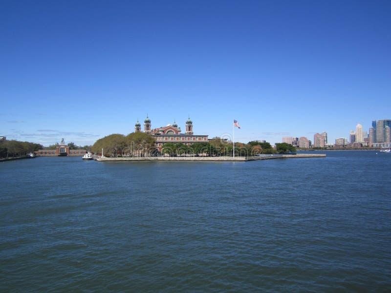 Ellis Island: visto de la estatua de la libertad foto de archivo