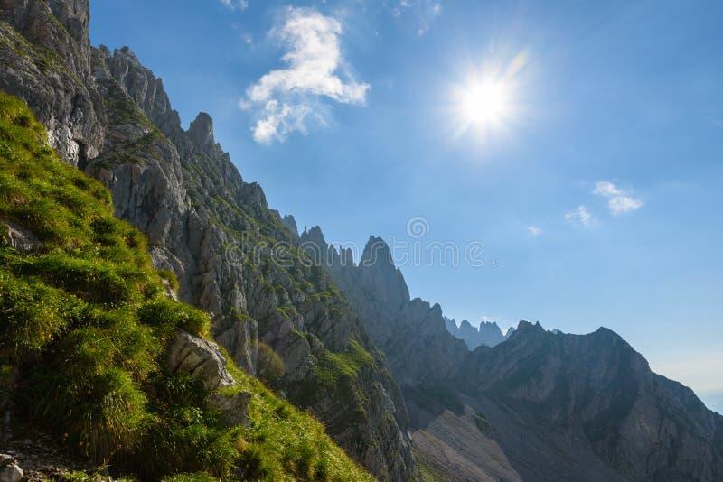 Ellmauerhalt bij Wilder Kaiser-bergen van Oostenrijk - dicht bij Gruttenhuette, een alpiene hut, het Gaan, Tirol, Oostenrijk dat  stock foto's
