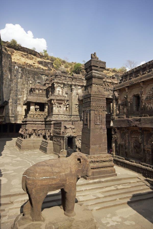 Ellora Höhlen. Hof des alten hinduistischen Tempels lizenzfreies stockbild