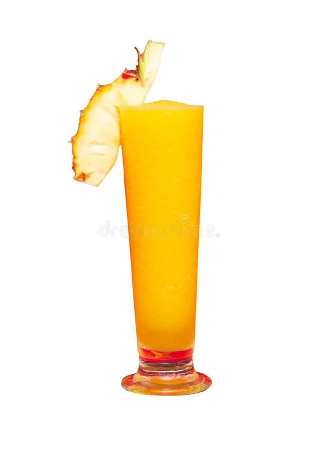 Ellow ananassmoothie med ny ananas på exponeringsglas som isoleras på vit bakgrund royaltyfri foto
