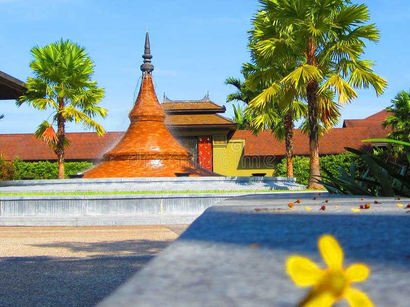 Ellow blommasuddighet med en pagod arkivfoton
