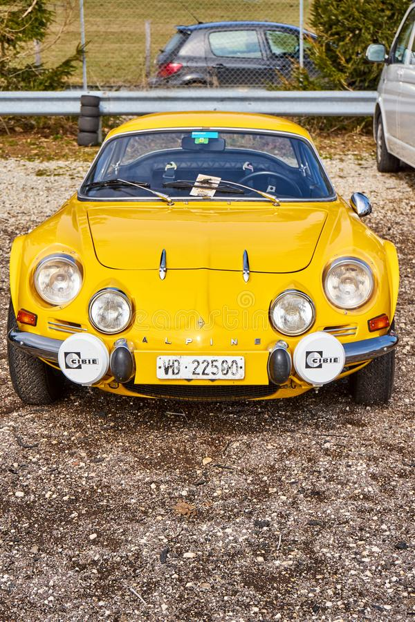 Ellow Renault Alpine A108 på den Youngtimer bilen Rallye arkivfoto