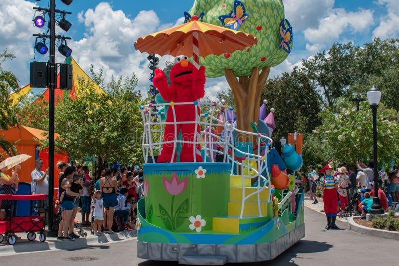 Elmo auf buntem Floss in der Sesame Street-Partei-Parade bei Seaworld 2 stockfoto