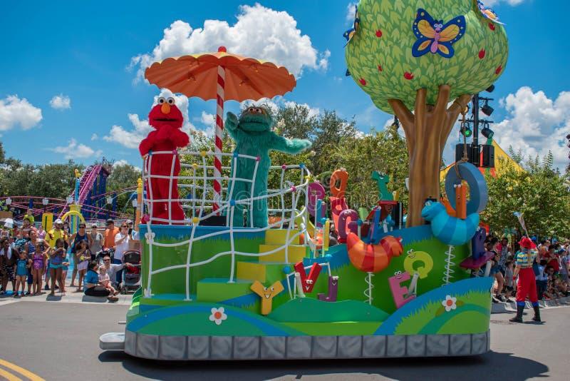 Elmo e Rosita na parada do partido do Sesame Street em Seaworld 2 imagens de stock
