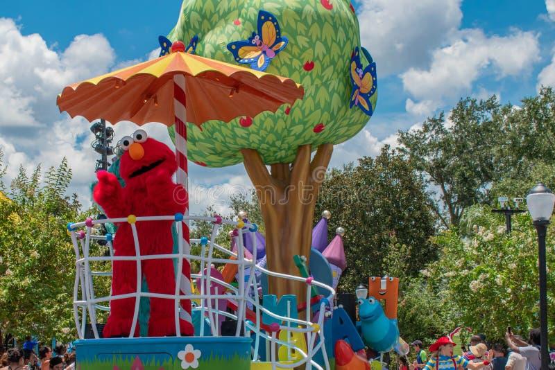 Elmo no flutuador colorido na parada do partido do Sesame Street em Seaworld 1 foto de stock