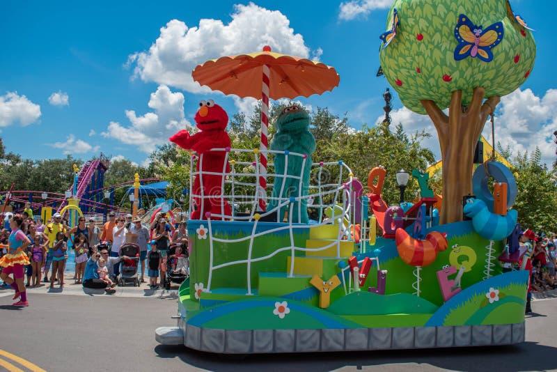 Elmo und Rosita in der Sesame Street-Partei-Parade bei Seaworld 1 lizenzfreies stockbild