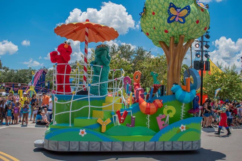 Elmo und Rosita in der Sesame Street-Partei-Parade bei Seaworld 3 lizenzfreie stockfotos
