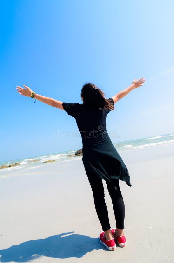 Elogio da menina na praia. fotografia de stock royalty free