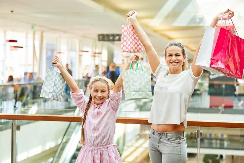 Elogio da mulher e da criança ao comprar imagem de stock royalty free