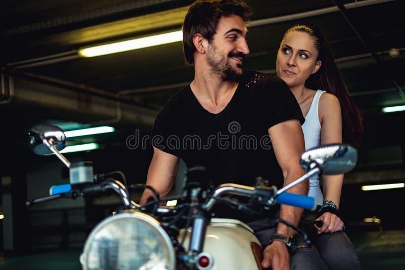 Elogio de tentativa do homem do motociclista acima sua amiga irritada fotos de stock