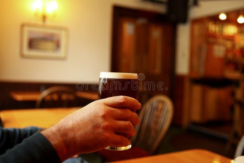 Elogios com cerveja inglesa fotografia de stock