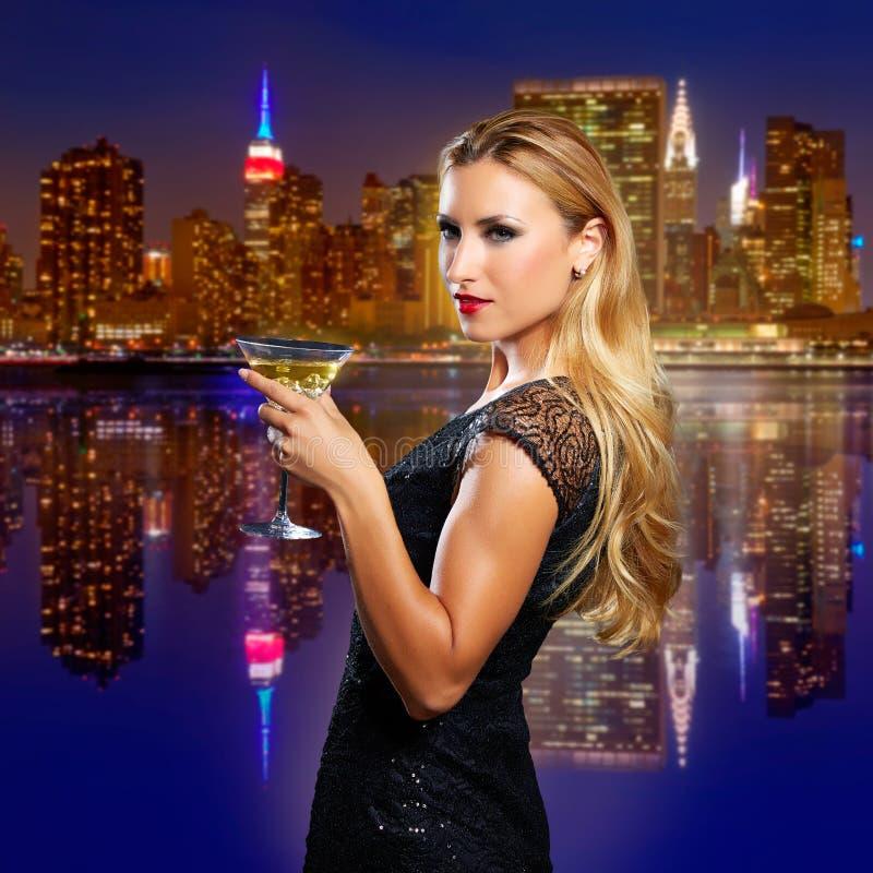 Elogios louros da menina com o copo do vermout no por do sol de NYC fotos de stock royalty free