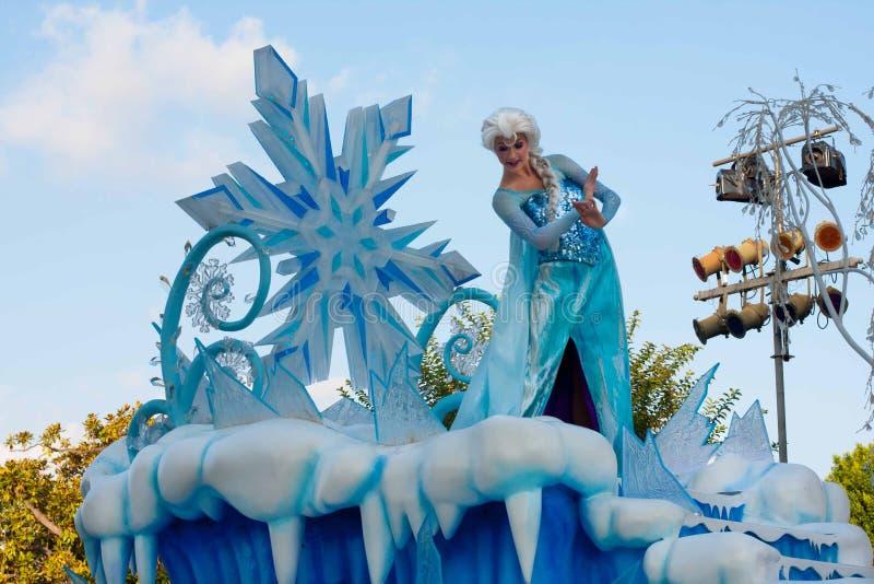 Elsa de la fama congelada en el flotador en el desfile de Disneyland imagen de archivo libre de regalías