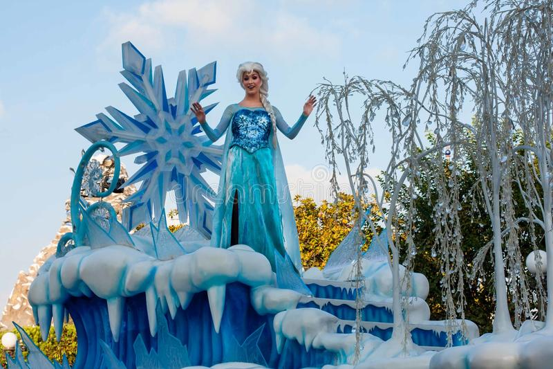 Elsa di fama congelata sul galleggiante nella parata di Disneyland fotografia stock