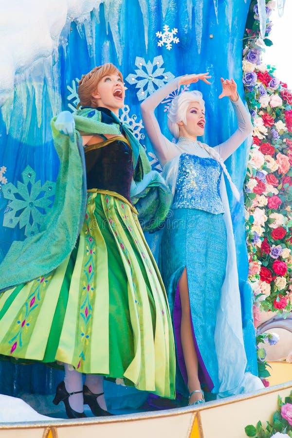 Elsa e Ana que cantam do congelado de Walt Disney foto de stock royalty free