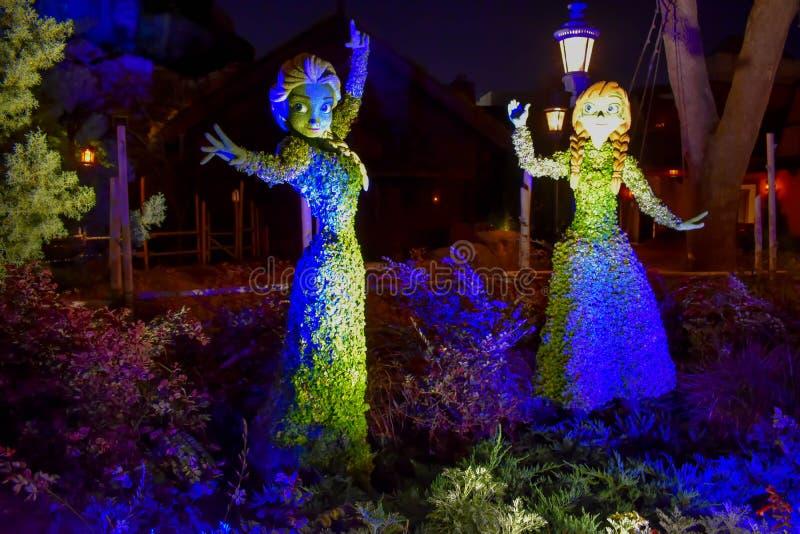 Elsa et Ana congel?s ont illumin? des topiaries sur le beau paysage chez Epcot en Walt Disney World images libres de droits