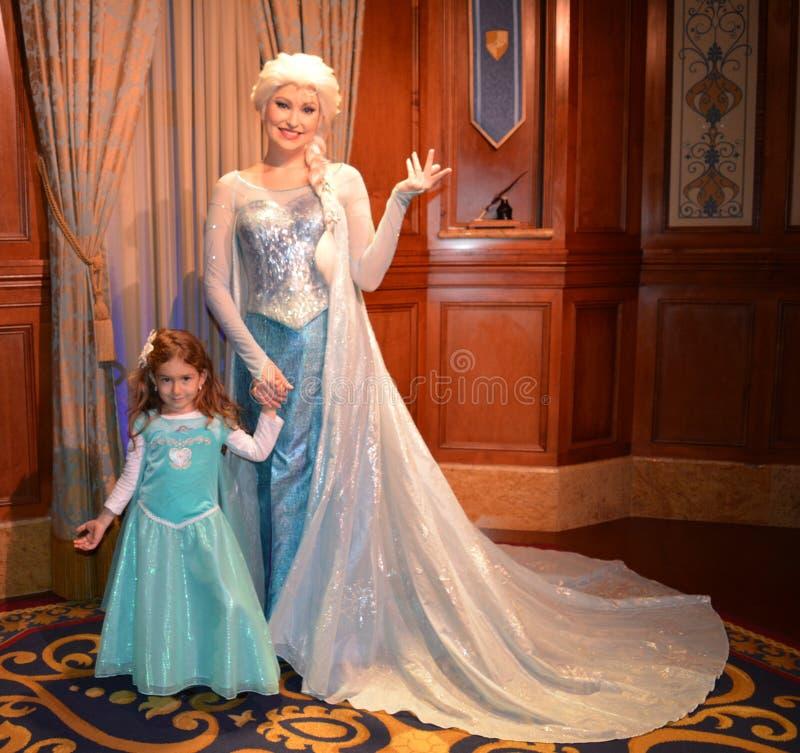 Elsa och härlig flicka - den fryste Disney filmen - magiskt kungarike arkivbilder
