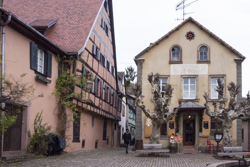ELSAS, FRANKRIJK - December 28, 2018: comfortabele fabelachtige straten met kleurrijke huizen royalty-vrije stock afbeelding