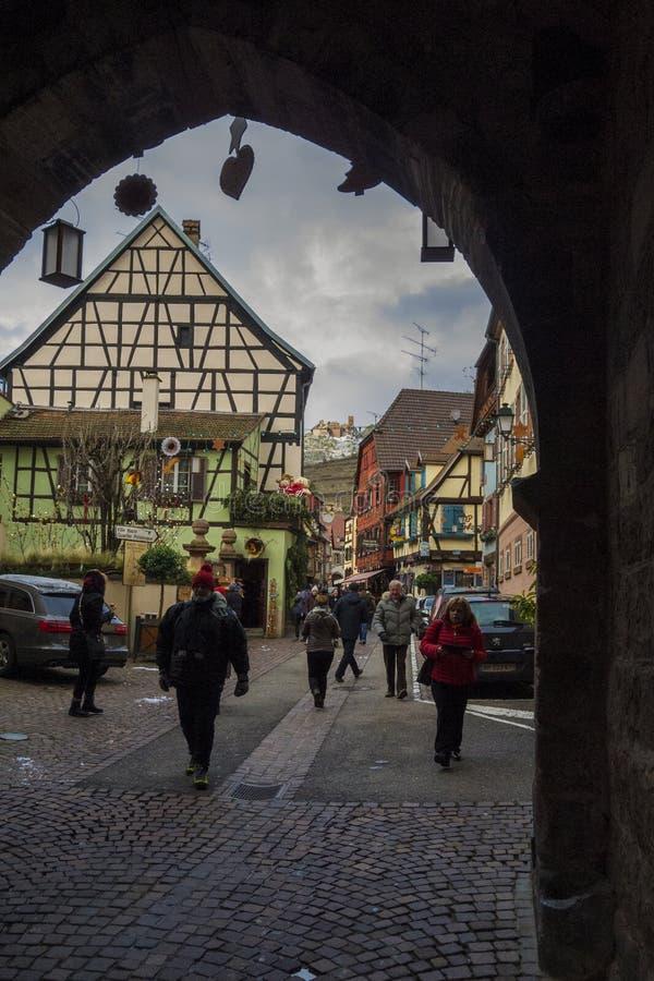 ELSAS, FRANKRIJK - DECEMBER 28, 2017: Festively verfraaide straten van een kleine die stad met toeristen wordt gevuld De stad is  stock foto
