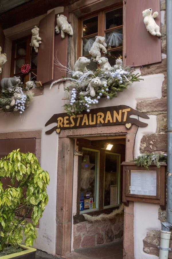 ELSAS, FRANKRIJK - December 28, 2017: Het landschap van het restaurant voor Kerstmis De witte teddyberen versieren de ingang aan  royalty-vrije stock foto