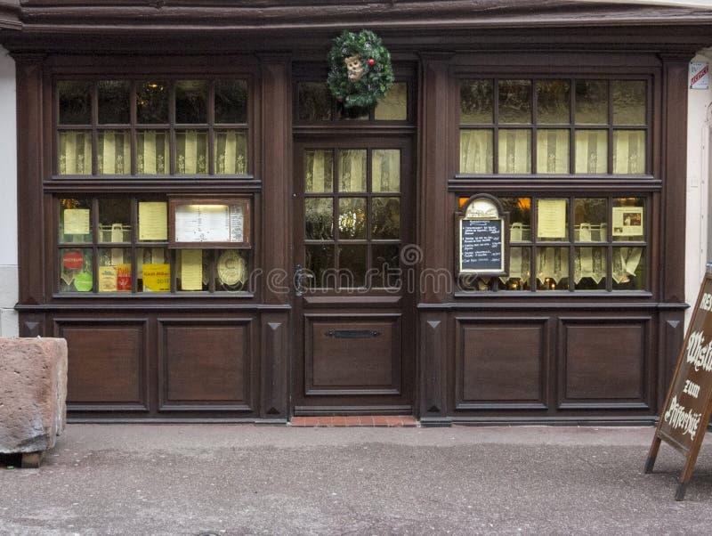 ELSAS, FRANKRIJK - December 28, 2017: Kerstavond - een houten showcase van een oud die restaurant voor de vakantie wordt verfraai stock foto's