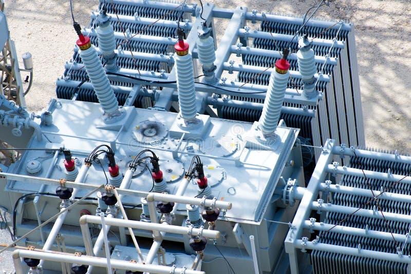 Elströmavdelningskontor, transformatorer, isolatorer royaltyfri foto