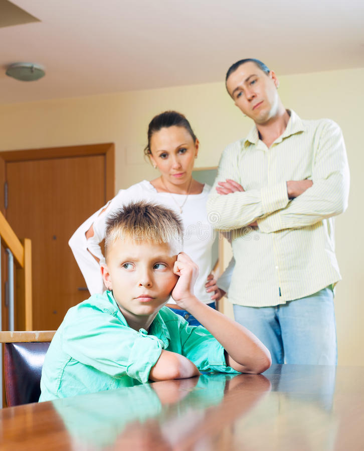 Eltern, die Jugendkind im Haus schelten lizenzfreie stockbilder