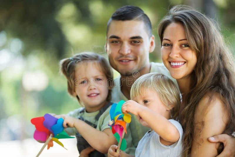 Eltern, die mit Kindern gehen lizenzfreies stockbild
