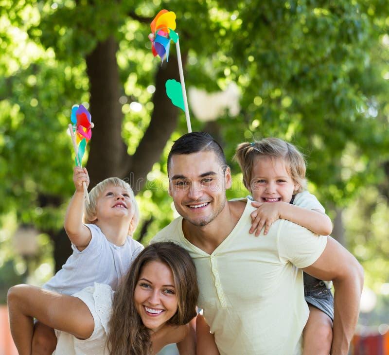 Eltern, die mit Kindern gehen stockfoto