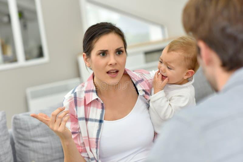 Eltern, die vor Baby argumentieren lizenzfreie stockfotografie