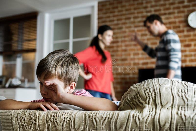 Eltern, die vor ihrem Sohn kämpfen stockfotografie