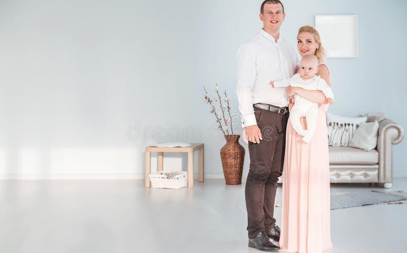 Eltern mit dem jungen Sohn, der für die Kamera im Studio aufwirft stockfoto