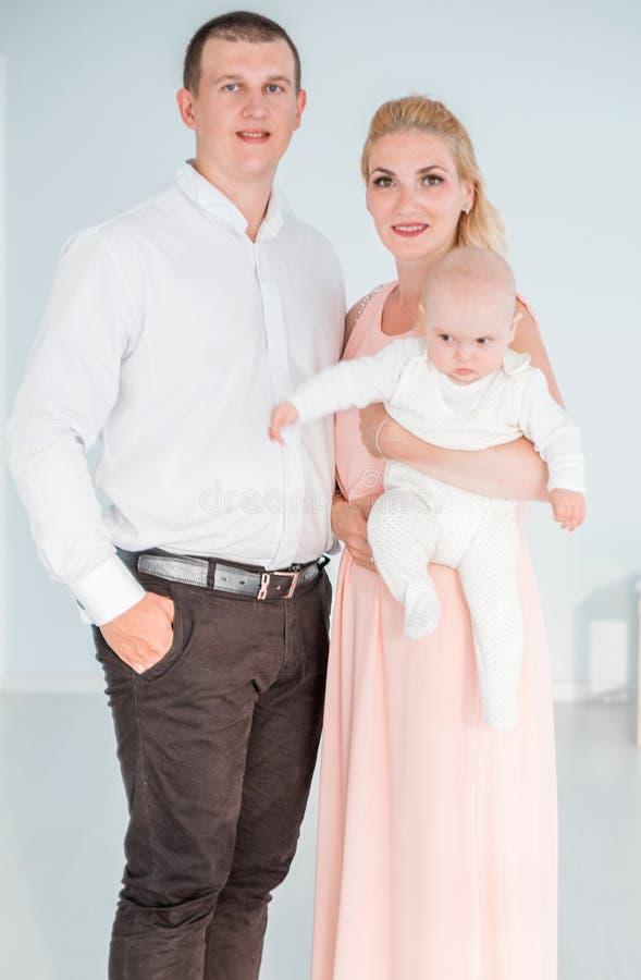 Eltern mit dem kleinen Sohn, der für die Kamera aufwirft lizenzfreie stockfotos