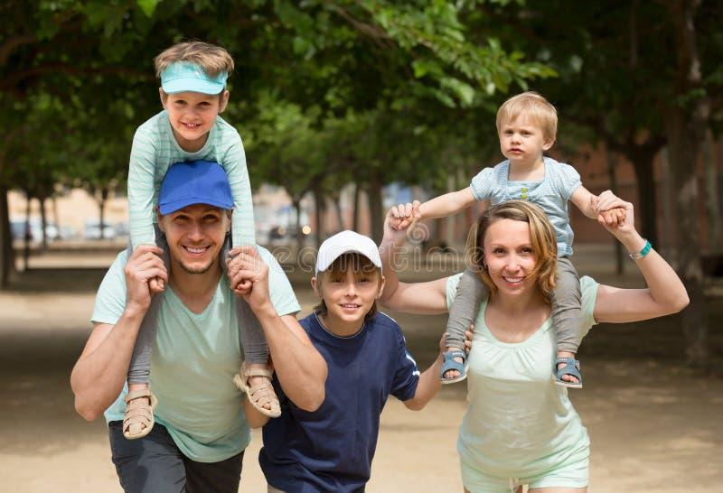 Eltern mit den Kindern im Freien lizenzfreie stockbilder