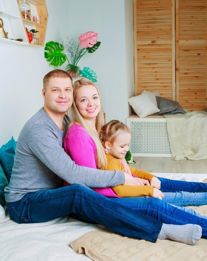 Eltern mit einem Kind zu Hause lizenzfreies stockbild