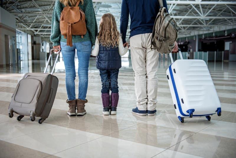 Eltern und Kind, die Fälle nach flacher Landung halten lizenzfreie stockbilder