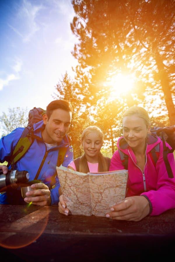 Eltern und Mädchen, die Karte schauen lizenzfreies stockbild