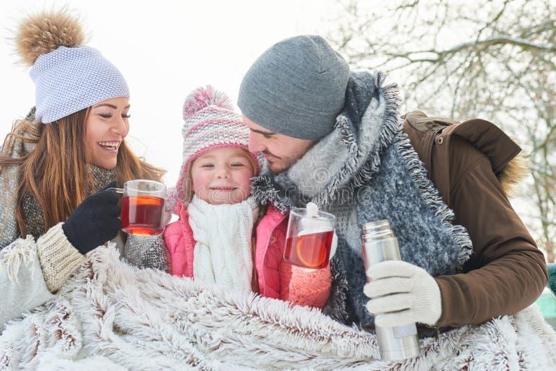 Eltern und Mädchengetränktee als Familie lizenzfreie stockbilder
