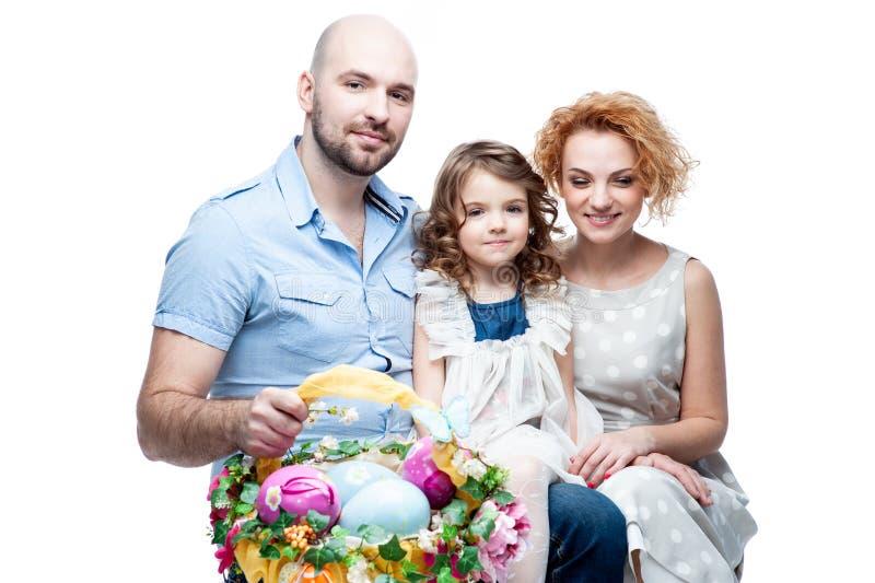 Eltern und Tochterholdingkorb mit Ostereiern stockfotografie