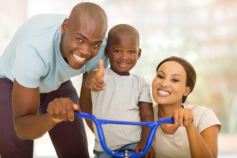 Elternsohn-Fahrfahrrad stockfotografie