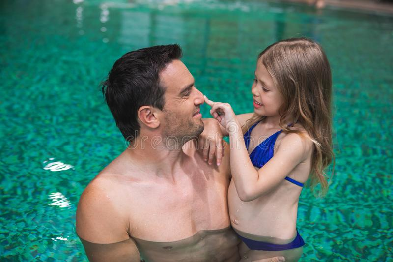 Elternteil und Kind, die zusammen schwimmen genießen lizenzfreies stockfoto