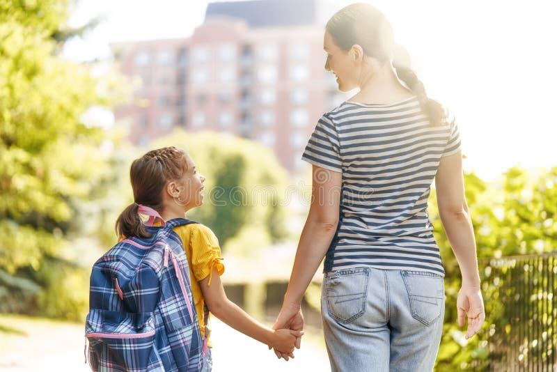 Elternteil und Schüler gehen zur Schule stockfoto