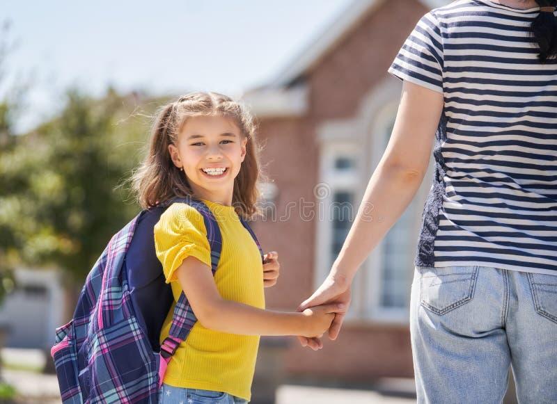 Elternteil und Schüler gehen zur Schule lizenzfreie stockfotos