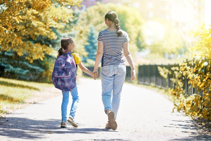 Elternteil und Schüler gehen zur Schule stockfotografie