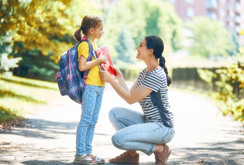 Elternteil und Schüler gehen zur Schule stockfotos