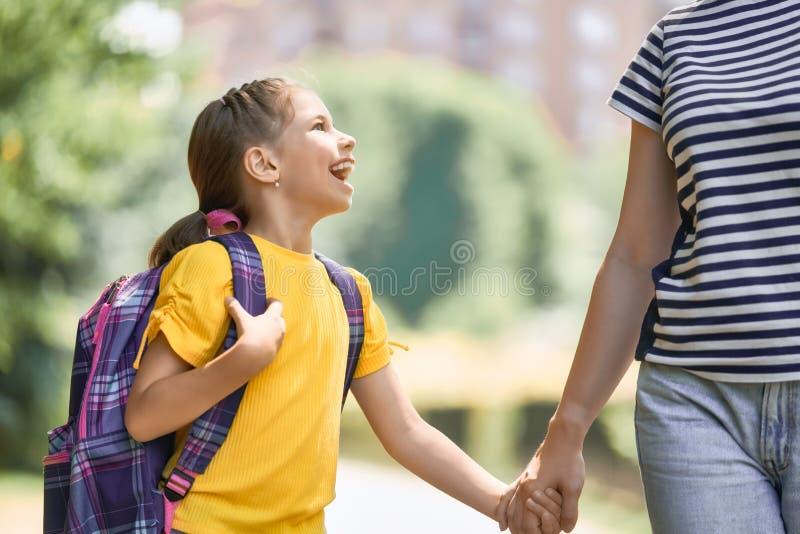 Elternteil und Schüler gehen zur Schule stockbilder