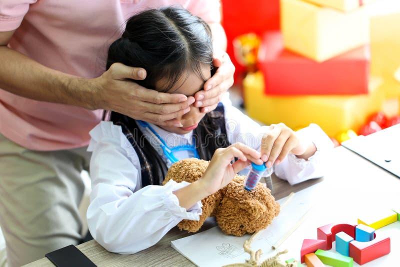 Elternteil und wenig Kind, die den Spaß spielt pädagogische Spielwaren, Familienkonzept hat stockfotos
